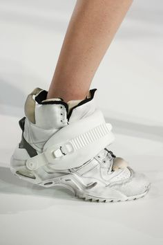 Sneakers Womens Fashion : Maison Margiela Fall 2018 Ready-to-Wear Fashion Show Details Sneakers Fashion, Fashion Shoes, Futuristic Shoes, Concept Clothing, Shoes Too Big, Cyberpunk Fashion, Look Fashion, Fashion Fall, Womens Fashion