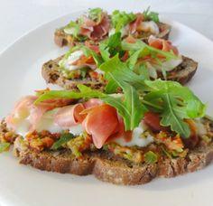 Tartine Basque de Philippe Etchebest    4 tranches de pain de campagne     1 poivron vert     2 tomates     1 gousse d'ail     4 tranches de jambon de Bayonne     fromage de Brebis     1 pincée de piment d'Espelette     salade ( roquette )     huile d'olive     sel et poivre