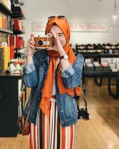 📷 Omzumda fotoğraf makinam asılı diye, gördüğüm her makinaya ağzım sulanmayacak değil🤤 • Bu arada hep soranlar için kameram; Olympus E-M10✨… Hijab Outfit, Hijab Casual, Hijab Style, Hijab Chic, Ootd Hijab, Modesty Fashion, Muslim Fashion, Hijab Wedding Dresses, Modest Dresses
