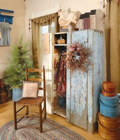 The Country Sampler stylists help an antiques dealer with a passion for primitives and Early American pieces awaken her recently renovated spare bedroom with 16 smart tips. Primitive Living Room, Primitive Country Homes, Primitive Furniture, Country Furniture, Primitive Cabinets, Primitive Antiques, Furniture Plans, Antique Furniture, Prim Decor