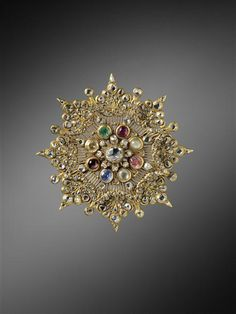 Star-shaped brooch, offered by King Rama IV of Siam to Napoleon III. Gold, Enamel. | Photo (C) RMN-Grand Palais (Château de Fontainebleau) / Thierry Ollivier