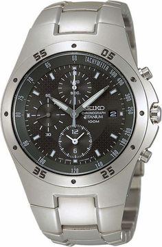 Seiko Herenhorloge Chronograaf SND419P1. Kaliber 7T92. Een stevig en robuust horloge van Seiko. Uitgevoerd in titanium, dat niet alleen licht in gewicht is (104 gram), maar ook een uikomst kan zijn voor mensen met een allergische aanleg. Dit mooie horloge is voorzien van Hardlex glas en is tot 100 meter waterdicht. de chronograaf meet tot maximaal 12 uur in stappen van 1/20 seconden. Het horloge is tevens voorzien van een Tachymeter. De kroon wordt door de vormgeving van de kast tegen stoten…