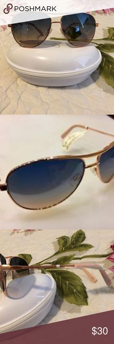 NWT Jessica Simpson Gold Frames Brown Lenses Brand: Jessica Simpson  Product Key Features Frame MaterialMetal & Plastic Lens TechnologyGradient Country/Region of ManufactureChina Protection100% UV ColorGold Lens ColorBrown Frame ColorGold Jessica Simpson Accessories Sunglasses