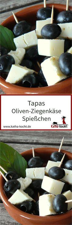 Einfacher geht's nicht - diese kleinen Tapas Spießchen mit Ziegenkäse und Oliven lassen sich schnell und unkompliziert vorbereiten. Perfekt als kleiner Snack zu einem Glas Wein, auf der Terrasse oder vor dem Kamin. Und natürlich machen sich die kleinen Häppchen auch ganz wunderbar auf dem Buffet. Das Rezept gibt es auf katha-kocht!