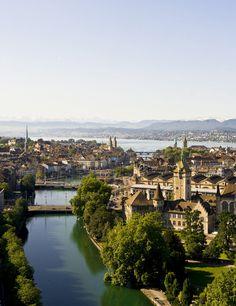 Distinguida como la ciudad con mayor calidad de vida del mundo, #Zúrich merece ser disfrutada. Te damos todos nuestros motivos para amar esta urbe con vistas a los Alpes. #viajes