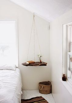 Uma releitura dos simpático balanço do parquinho, a mesa de cabeceira suspensa fica um charme no decor. Vem ver os diferentes estilos que encontramos