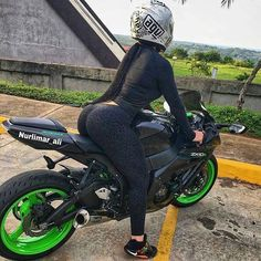 Check out a stunning collection featuring hot girls on motorcycles. Hot babes on amazing bikes in 43 awesome pictures. Black Girlfriend, Boyfriend, Biker Chick, Biker Girl, 50 Cm3, Motorbike Girl, Girl Bike, Zx 10r, Motorcycle Girls