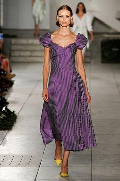 Guarda la sfilata di moda Carolina Herrera a New York e scopri la collezione di abiti e accessori per la stagione Collezioni Primavera Estate 2018.