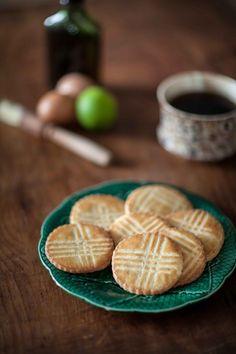 Une recette de biscuits secs, sablés à la vanille, au citron vert et au rhum ambré, à tremper dans le thé (ou pas). Dans une boîte en fer, ils peuvent se conserver facilement deux semaines, si tu n'as pas trop de gourmands autour de toi qui vont tout boulotter avant même qu'ils ne refroidissent...
