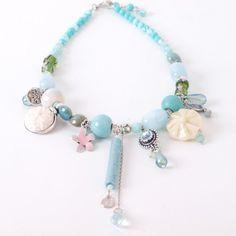 Geregen ketting met mooie glaskralen en Swarovski kralen en hangers. Een erg sprankelende voorjaarsketting in de kleur mint. | www.widaro.nl