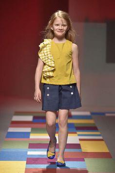 Pitti Bimbo Fashion Show Kids Frocks, Frocks For Girls, Dresses Kids Girl, Tween Fashion, Young Fashion, Fashion Show, Moda Tween, Stylish Tops For Girls, Kids Dress Patterns