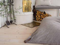 Sy eget överdrag till fatboy med läderhandtag. Linne/bomull sittsäck - Med. via a Tiny Love Story - Scandinavian interior. Click on the image to see more!