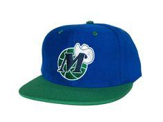 c779cb995fa DALLAS MAVERICKS Logo Retro Snapback Hat - NBA Cap (Hardwood Classics) - 2  Tone Blue Green  Amazon.co.uk  Sports   Outdoors
