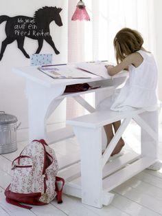 Pokój dziecka w skandynawskim stylu to funkcjonalność i pastelowe kolory. Bardzo wygodny rodzaj biurka w pokoju dziecka. http://www.weranda.pl/urzadzamy/meble-i-wyposazenie/15852-pastele-i-skandynawski-styl-w-pokoju-dziecka?cid=3 #pastele #weranda #stylskandynawski #pokojdziecka