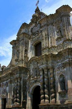 La Compania. La portada de su templo mayor, labrada totalmente en piedra volcánica, está considerada como una de las más importantes expresiones de la arquitectura barroca en el continente americano y del mundo. Quito, Ecuador.
