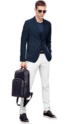 Blaue Jacke, blaues Jersey, weiße Hose, schwarze Sneakers und schwarzer Rucksack von BOSS