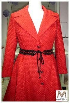 Abrigo en chanel rojo de lana, con cuello solapa y corte evasé que aporta un poco de vuelo. Destacamos los botones con detalles en cordón a juego.