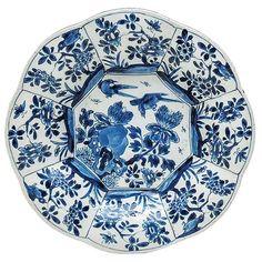 Prato e porcelana chinesa com borda recortada e moldada..