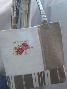 Love the little patch of colour on that otherwise neutral bag!