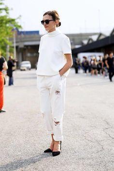 クラッシュデニムに白コーデ。 - 海外のストリートスナップ・ファッションスナップ