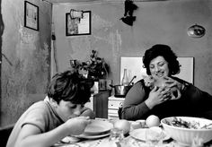 Ferdinando Scianna  ITALY. Lombardy region. In the countryside near Brescia. 1976.  Dinner time in a working class home