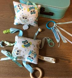 Baby box very nice! Suitcase + box music + plush rattle Montessori + quiet and teething rattle. - A Baby box of 4 pieces to awaken baby .a beautiful Briefcase suitcase to store all niceties baby + - Baby Sewing Projects, Sewing Crafts, Kit Bebe, Baby Box, Fabric Toys, Baby Crafts, Diy For Kids, Baby Knitting, Kids Toys