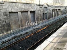 Bahnsteig mit taktilem Bodenleitsystem gegenüber der alten Sandsteinfassade des Hauptbahnhof in Bielefeld im Teutoburger Wald