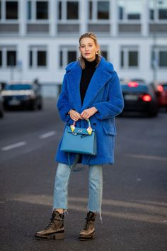 """Pantone just revealed the color of the year Here are 23 stylish ways to wear """"Classic Blue"""" which are inspired by influencer's street style looks. Azul Pantone, Pantone 2020, Pantone Color, Blue Fashion, Fashion 2020, Look Fashion, Classic Fashion, Fashion Styles, Helmut Lang"""