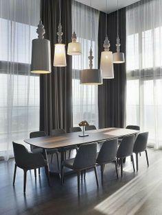 Idée originale pour donner du caractère à cette salle à manger. Jeu de lampes pour briser monotonie! génial