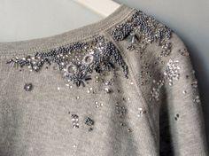 Me encantan las sudaderas grises de algodón, son cómodas, combinan con todo y son el lienzo perfecto para experimentar... Embroidery On Clothes, Shirt Embroidery, Beaded Embroidery, Embroidery Designs, Shirt Makeover, Estilo Rock, Do It Yourself Fashion, Couture Embroidery, Western Wear For Women