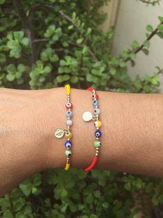 Pulseritas de chaquira checa, ojo turco y medalla de San Benito Seed Bead Jewelry, Cute Jewelry, Boho Jewelry, Beaded Jewelry, Handmade Jewelry, Bracelet Crafts, Macrame Bracelets, Jewelry Bracelets, Jewelery