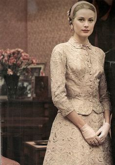 Grace Kelly wore a two piece ensemble with hand-run Alençon lace, the taffeta suit paired a tea-length skirt with a fitted bodice and rounded collar at her civil ceremony. Grace Kelly Mode, Grace Kelly Wedding, Grace Kelly Style, Grace Kelly Fashion, Wedding Dress Trumpet, Wedding Dresses, Grace Kelly Dresses, Princesa Grace Kelly, Actresses
