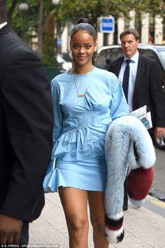 Rihanna style is amazing. She wore a blue mini dress. By the way, Rihanna dress is a pretty idea for casual wear. Estilo Rihanna, Mode Rihanna, Rihanna Show, Rihanna Looks, Rihanna Photos, Rihanna Riri, Rihanna Style, Rihanna Thick, Rihanna Outfits
