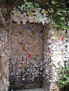 and Juliet Wall of Love Verona, Italy.notes left by people on the doors/entrance of Romeo and Juliet. Wall of LoveVerona, Italy.notes left by people on the doors/entrance of Romeo and Juliet. Wall of Love Places To Travel, Places To See, Travel Destinations, Dream Vacations, Vacation Spots, Letters To Juliet, Romeo Und Julia, Romeo Y Julieta, The Doors