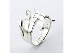 Wat is zilver?    Zilver is een eenvoudig te bewerken metaal dat iets harder is dan goud en beschikt over een zilverwitte glans. De glans van zilver maakt het een gewild metaal voor sieraden. Om zilver wat harder te maken en eenvoudiger te bewerken worden andere metalen, meestal koper, toegevoegd.    Zilvergehalte.  Al onze zilveren sieraden hebben een zilvergehalte van 92,5%. Dit wordt gewaarborgd door  een klein stempeltje in het sieraad met het getal 925.