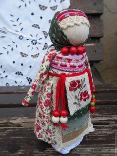 Купить или заказать Кукла на удачный выход замуж. в интернет-магазине на Ярмарке Мастеров. Куколка на удачное замужество крутилась на Руси для девушек, которым пришло время выйти замуж или незамужним женщинам. По народному поверью рук у куклы не должно быть ( пустые рукава)- это для того, чтобы работал в основном муж, а жена занималась бы хозяйством, домом, детьми и по возможности побольше отдыхала. У куколки семь воротничков (нечетное количество) - семь качеств будущего мужа.