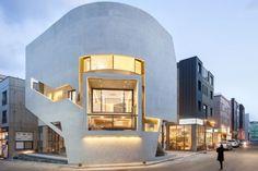 Présenté à plusieurs reprises déjà, le bureau d'architecture Moon Hoon revient avec la réalisation de ce bâtiment à usage mixte intitulé K-Pop Curve, à baekhyeon-dong en Corée du Sud.  Dans le quartier, les immeubles se ressemblent beaucoup et la fonctionnalité des étages se fait de manière classique, le rez-de-chaussée est commercial et les niveaux supérieurs sont résidentiels. Cependant, ce nouveau bâtiment vient contrecarrer tout ça et apporte un vent de fraicheur à l'environnement.