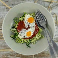 Cenita y a descansar que mañana volvemos a la carga  Espaguetis de calabacín (crudo - únicamente lo he calentado 30 segundos en el micro) Tomate frito sin azúcares añadido Huevos de codorniz a la plancha