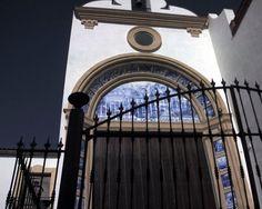 """#Cádiz - #Alcalá del Valle - Ermita del Señor de la Misericordia 36º 54' 20"""" -5º 10' 13"""" Esta proporcionada capilla, muy cuidada y reconstruida en el siglo XX, es uno de los sitios que suscita más devoción por parte de los vecinos. Su fachada es sencilla y plana, precedida de una pequeña cancela. Su advocación al Señor de la Misericordia se produjo porque en este lugar se emplazaba el primitivo camposanto de la localidad."""