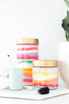 Keep your skin smooth and your bathroom counters cute with this DIY Sugar Scrub Sand Art! One for you and your friend, everyone will smell delicious! Money Making Crafts, Crafts To Make And Sell, Mason Jar Crafts, Mason Jar Diy, Diy Lipbalm, Homemade Gifts, Diy Gifts, Homemade Beauty, Belleza Diy