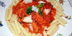 Macarrones con salsa de tomate y atún.