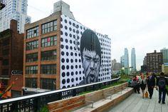 O fotógrafo francês e street artist JR tem um enorme mural novo com vista para o High Line .