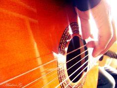 Técnicamente no soy muy bueno, pero puedo hacer aullar y mover una guitarra. John Lennon