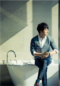 東京カレンダー:西島秀俊が着こなすトラベル・シック「旅する男」 俳優は旅人である。自我と彼我の間を、一人の人物からまた別のある人物へと旅をする。今回... Japanese Men, Love People, Pose Reference, Beautiful Boys, A Good Man, Actors & Actresses, Hot Guys, Mens Fashion, Style Fashion