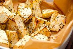 Sådan laver du ovnbagt knoldselleri, der kan bruges som tilbehør i stedet for kartofler. Sellerien bages med timian, og bliver mør som smør.