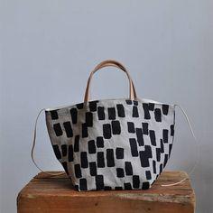 Questa tote bella e semplice scatola è abbastanza grande da portare in giro e fa anche un buon progetto di borsa  la borsa può essere lasciata aperta o è possibile utilizzare la cravatta di cuoio di cinch ai lati, che funziona anche come chiusura  la tote di scatola fatta con il nostro