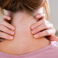 Diese drei Übungen mobilisieren die Halswirbelsäule, dehnen und entspannen die Schulter-Nacken-Muskulatur. Ideal für eine kleine Pause am Schreibtisch.