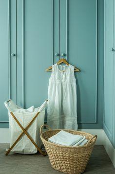 salle de bains, bleue, rangement, panier oisier, étagères, placards, on range tout, corbeille de linge