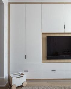Lujoso apartamento en Tribeca, New York City Wardrobe Design Bedroom, Tv In Bedroom, Closet Bedroom, Modern Bedroom, Design Scandinavian, Scandinavian Furniture, Closet Con Tv, New York City, Home Design