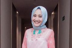 10 Inspirasi Outfit Berhijab nan Stylish ala Fatin Shidqia ...